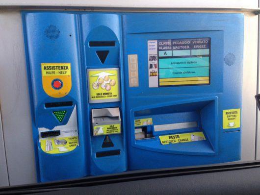 Vollautomatische Mautstation: Der zu zahlende Betrag wird angezeigt, man steckt die Kreditkarte ein, sie kommt sofort wieder heraus und die Schranke öffnen sich - ohne Unterschrift und ohne PIN Eingabe.