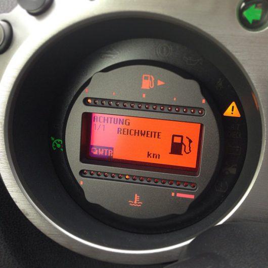 Egal ob analoge oder digitale Anzeige: Der Pfeil taucht mittlerweile bei fast jedem Auto auf und zeigt die Seite des Tankdeckels an!