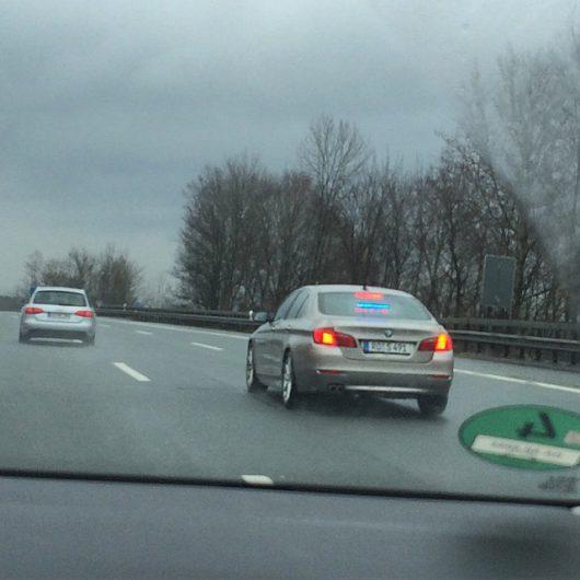 Zivil-BMW auf der A8 - Anhalten des Verkehrssünders per Leuchtschrift